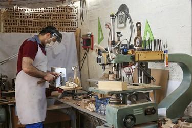 خراطی اسباببازیهای چوبی یکی از آخرین مراحل تولید است.