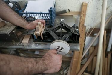 – قراردادن قطعات با گیره زیر دستگاه پرس که  بخشی از مرحله تولید اسباببازی است. به دلیل گران بودن دستگاه پرس، آقای پُرکم خود این دستگاه را به وسیله جک پراید ساخته است.