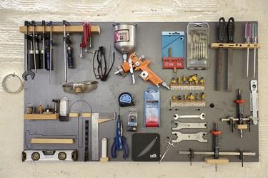 ابزار آلات کارگاه تولید اسباببازی آقای پُرکم