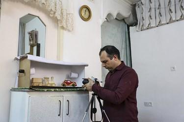 آقای پُرکم با دوربین خود از تولیدات عکس میگیرد تا در فضای مجازی در معرض دید مخاطبان قرار دهد.