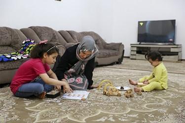 خانم جوادزاده که دارای 3 فرزند است، بعد از انجام کارهای کارگاه، به امور فرزندان در منزل رسیدگی میکند.