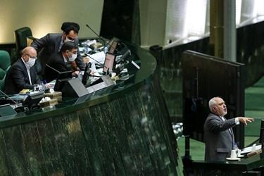 دکتر محمدجواد ظریف وزیر امور خارجه حین سخنرانی در جلسه علنی مجلس /۱۵ تیر ۹۹