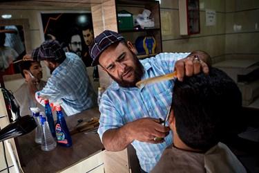 احمد 32 ساله است. و با وامی که دریافت کرده توانسته است آرایشگاهی در روستاهای اطراف قلعه گنج تاسیس کند.