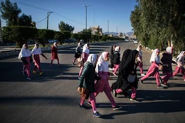 دانش آموزان مدرسه ابتدایی حنانه کوثر هنگام ورود به مدرسه. این مدرسه 6 کلاس درس و 126 دانش آموز دارد