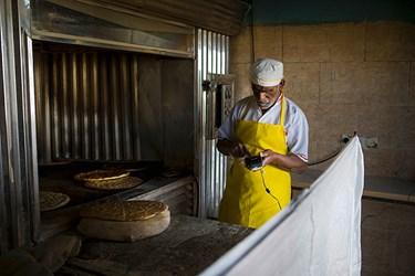 قربانعلی 60 ساله  است و با دریافت وام از بنیاد، نانوایی احداث کرده  و زمینه اشتغال خودش و2 نفر دیگر را فراهم کرده است.