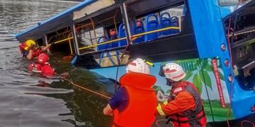 سقوط اتوبوس حامل دانش آموزان به درون رودخانه در چین