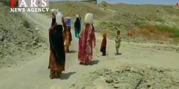 فیلم گالنهای آب بر سَر و دستِ زنان روستای چاکری کوچ