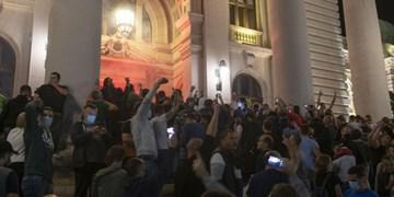 فیلم | حمله به ساختمان مجلس صربستان
