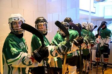 بازیکنان هنگام ورود به محل برگزاری مسابقه