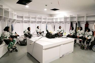 آماده شدن بازیکنان  در رختکن پیش از شروع مسابقه