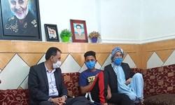 عیادت رئیس مجمع نمایندگان خوزستان از نوجوان آسیب دیده در حادثه غیزانیه