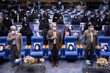 ادای احترام به سرود جمهوری اسلامی ایران در مراسم اجتماع مجازی دختران انقلاب