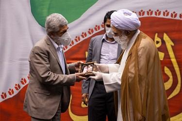 تقدیر از پدر شهید مصطفی احمدی روشن توسط آیت الله اختری عضو مجلس خبرگان رهبری