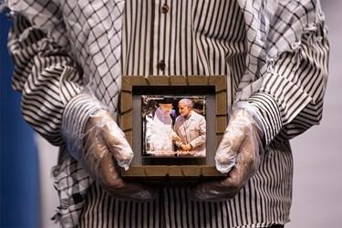 هدیه قاب عکس  شهید حاج قاسم سلیمانی  همراه با رهبر انقلاب در دستان پدر شهید مدافع حرم رسول خلیلی