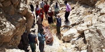 6 ساعت عملیات نفسگیر برای انتقال جسد فرد سقوط کرده در ارتفاعات پادوک