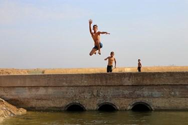 شنا در تالاب شادگان از جمله تفریحات کودکان این منطقه می باشد که در فصل گرما  اقات فراغت آنهار ا پر می کند.