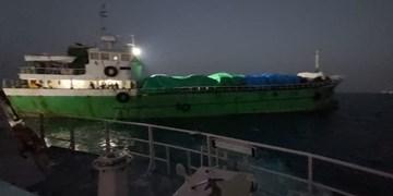 توقیف شناور حامل خودروهای خارجی قاچاق در آبهای بوشهر+عکس