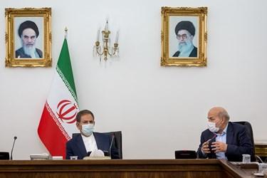 عیسی کلانتری رئیس سازمان محیط زیست (سمت راست) و اسحاق جهانگیری معاون اول رییس جمهور (سمت چپ) در جلسه ستاد ملی هماهنگی و مدیریت تالاب های کشور