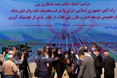 حضور محمد اسلامی وزیر راه و شهرسازی در جمع خبرنگاران در پایان مراسم امضای تفاهمنامه