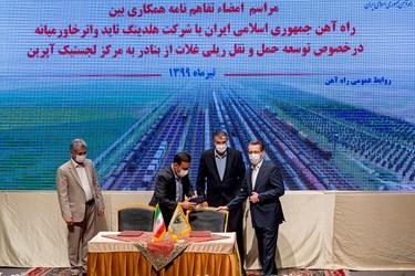قرارگیری در جایگاه امضای تفاهمنامه میان راهآهن جمهوری اسلامی ایران و شرکت هلدینگ تایدواترخاورمیانه