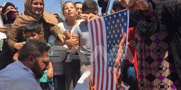 آتش زدن پرچم آمریکا توسط ساکنان یک روستا در شمال شرق سوریه