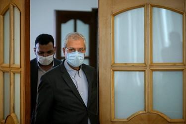 علی ربیعی سخنگوی دولت، هنگام ورود  به محل برگزاری نشست خبری