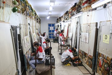 کارگاه قالی بافی در زندان بزرگ تهران