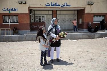 انتظار خانواده یکی از زندانیان آزاد شده توسط بنیاد مستضعفان از زندان بزرگ تهران
