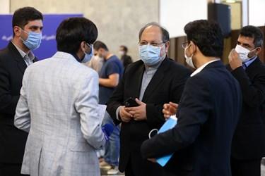 محمد شریعتمداری وزیر تعاون، کار و رفاه اجتماعی پس از پایان نشست خبری در جمع خبرنگاران