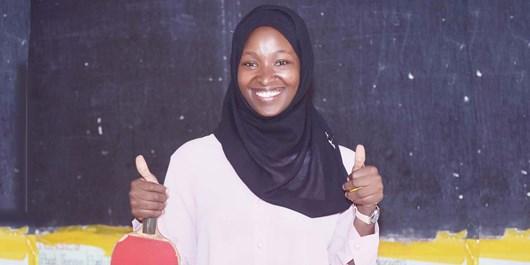 دختر محجبه اوگاندایی که به کودکان محروم تنیس روی میز آموزش میدهد+عکس