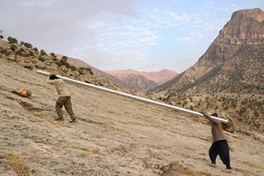 25 نفر از نیروهای داوطلب و بسیجی اهواز در  آبرسانی در دل کوههای صعبالعبور ایذه مشغول به کار هستند.