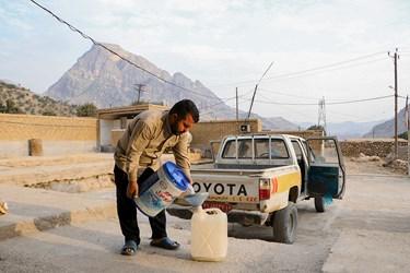 سوخت گیری خودروی گروه جهادی ثامنالائمه(ع) برای اعزام به منطقه عملیات پرژه آب رسانی در روستهای ایذه