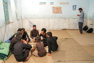 تعدادی از اهالی روستا که به گروه جهادی کمک کردهاند در حال استراحت هستند.