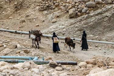 روستاي فالح هزار و 500 متر با سد كارون سه ساعت فاصله دارد ولي آب آنها جيره بندي است و با تانكر هم به درستي به آنها آبرساني نميشود.