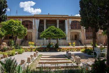 عمارت اصلی این مجموعه در باغ مصفایی با دیوارهای آجری و طاق های کاشی کاری معقلی اطراف باغ موزه را به زیبایی محصور کرده است.