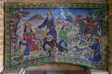 چاپارخانه هفت تنان محل نگهداری و نمایش کاشی های هفت رنگ، معقلی و معرق کاشی خاص شیراز است.