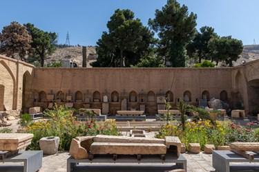 چاپارخانه هفت تنان محل نگهداری و نمایش سنگ های تاریخی، کتیبه های سنگی با حجاری ها و نقوش بسیار زیبا و خط های منحصر به فرد قبل و بعد از اسلام است.