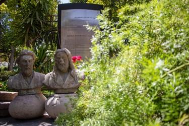 از سمت راست: مجسمه حافظ و سعدی