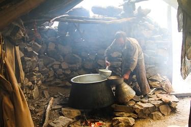 پخت شير در سراي دامداري در ارتفاعات كوهستاني