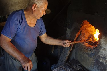 مرد آهنگر در جلوي كوره
