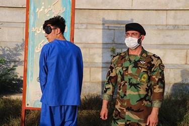 یکی از سارقان دستگیر شده که به دو فقره قتل اقرار کرده است.
