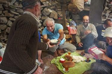 استراحت دامداران در سراي گوسفندي و صرف غذا