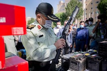 بازدید سردار رحیمی رئیس پلیس پایتخت از کشفیات طرح رعد ۳۷