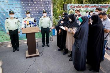 حضور سردار رحیمی رئیس پلیس پایتخت میان خبرنگاران پس از بازدید از کشفیات طرح رعد ۳۷