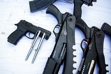 سلاح کشف شده در طرح رعد ۳۷ که ظاهری مشابه با یک خودکار دارد