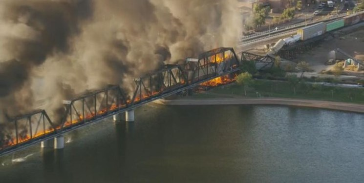 آتشسوزی در قطار آمریکایی به ریزش پل منجر شد+فیلم و عکس