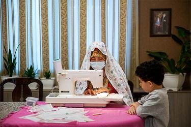 خانم هدیه آنتوتن دانشجوی کارشناسی کامپیوتر  یکی از خیاطهای داوطلب است که پارچه و کِشهای ارسالی از مسجد رادر منزل، تبدیل به ماسک میکند.