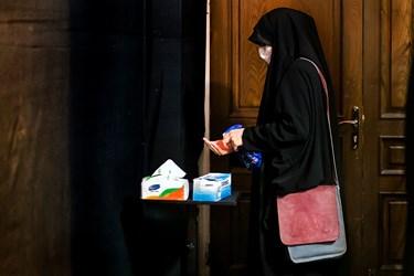 بانوان هنگام ورود به مسجد و قبل از شروع کار پروتکل های بهداشتی را کاملا اجرا می کنند.