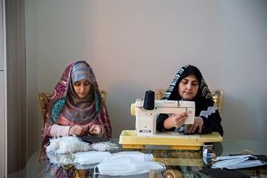 خانم زهره آرونی به همراه دخترش الهه مظلومی  از خیاطهای داوطلب هستند که پارچه و کِشهای ارسالی از مسجد را در منزل، تبدیل به ماسک میکند.