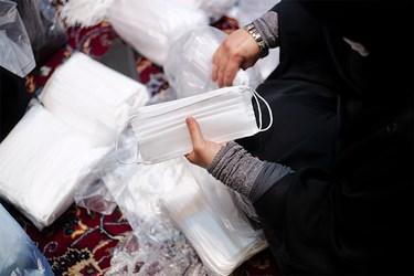 ماسک ها پس از اتمام مراحل دوخت توسط بانوان در منزل، جهت ارسال به مناطق محروم به مسجد تحویل داده می شود.